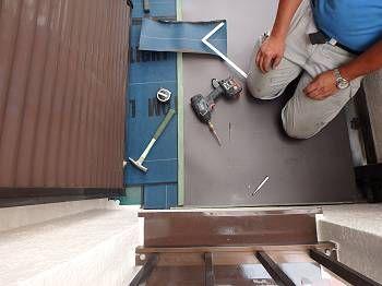 その間、バルコニー内では作業が進み、下地に粘着性のあるルーフィングを敷き、1枚目の板金を張っていきます。