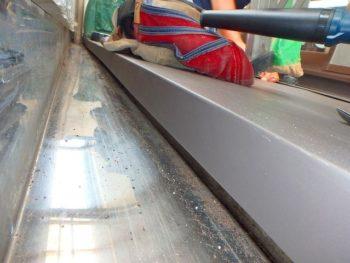 施工後のバルコニーの先端です。 板金で折り込んでステンレス排水口までしっかりカバー出来ました。
