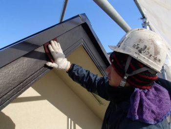 本日は雨樋と破風板塗装を行いました。どちらもまずケレンを行なってから塗装に入ります。