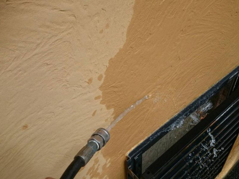 外壁も水で洗っていきます。