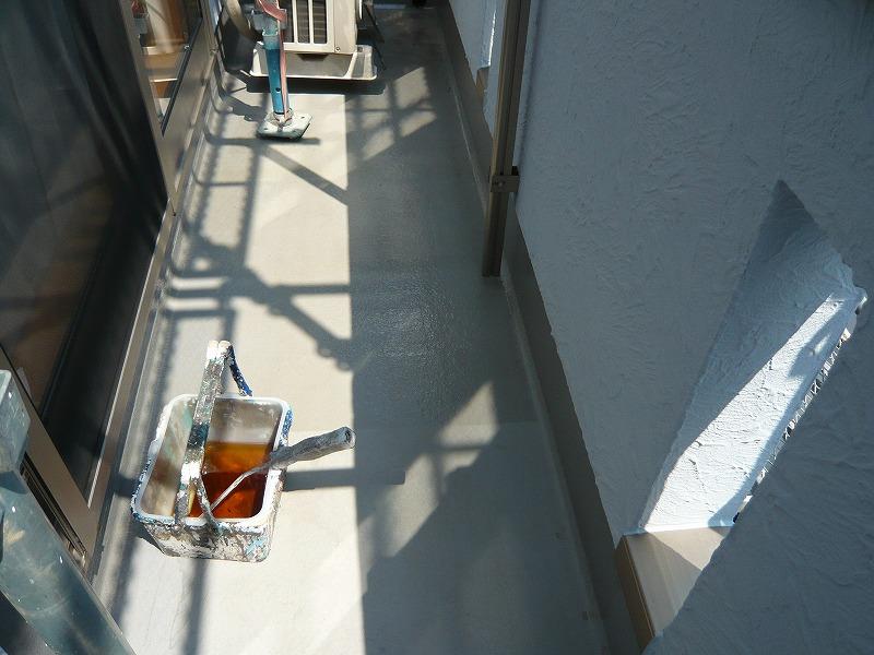 ベランダの防水塗装をしています。