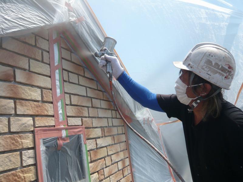 外壁が仕上がって、急きょタイルを塗装することになり、下地材をエアガンで均等に吹き付けています。