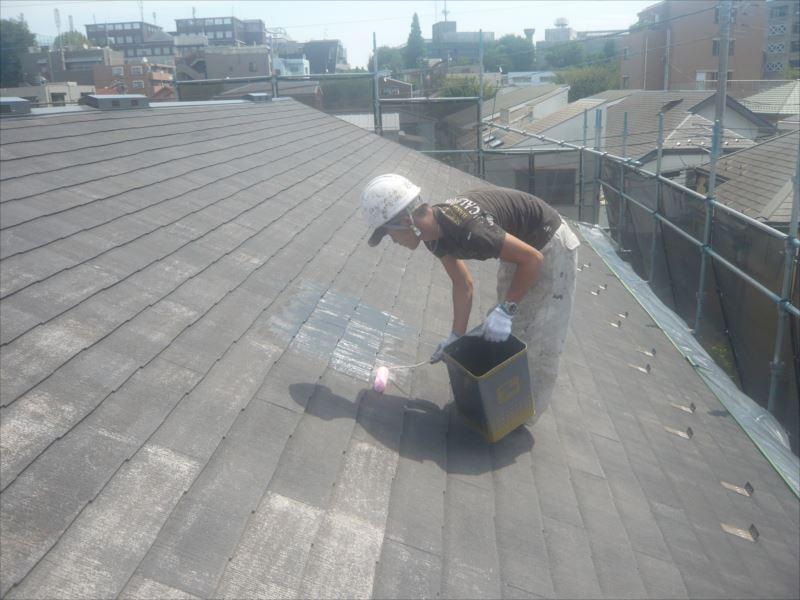 最初は屋根の下塗りです。