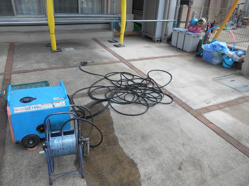 高圧洗浄機を動かすため、電気と水道をお借りします。