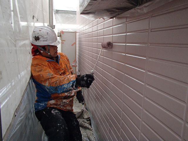 ローラーで塗装する職人