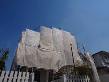 白いメッシュシートを張った外壁塗装の足場