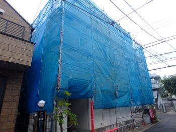 青いメッシュシートを張った外壁塗装の足場