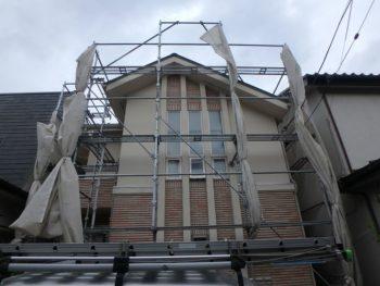 台風対策でメッシュシートを縛ってある外壁塗装の足場