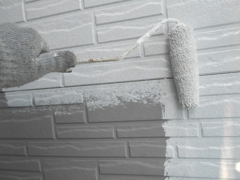 外壁に下地を塗るところからスタート。