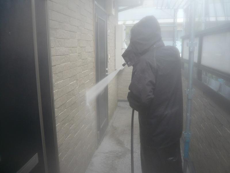 通路や玄関まわりもどんどん洗い流します。