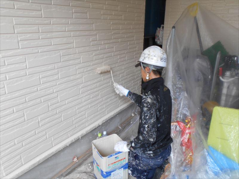 外壁を上塗り中です。
