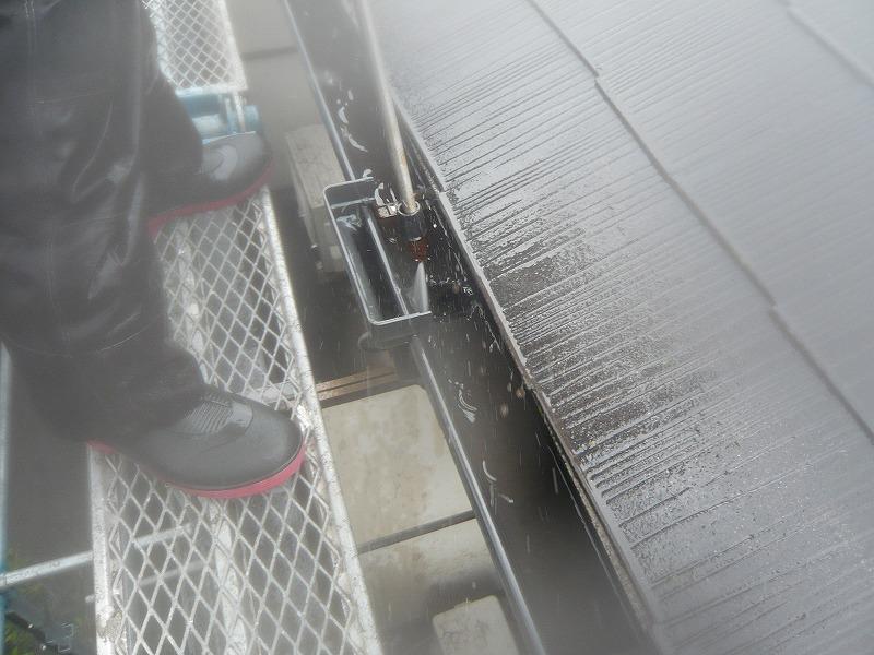 上から順に、屋根の洗浄からスタートです。