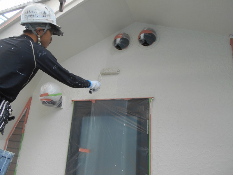 外壁塗装の最終段階、上塗りです。