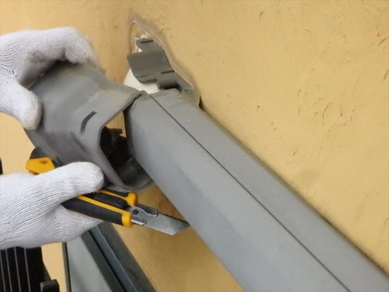 エアコンの配管のシールやり直しのため、スリムダクト(配管カバー)を取り外します。