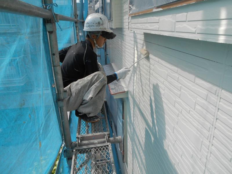 塗装中はしゃがみこんでの作業となることもよくあります。