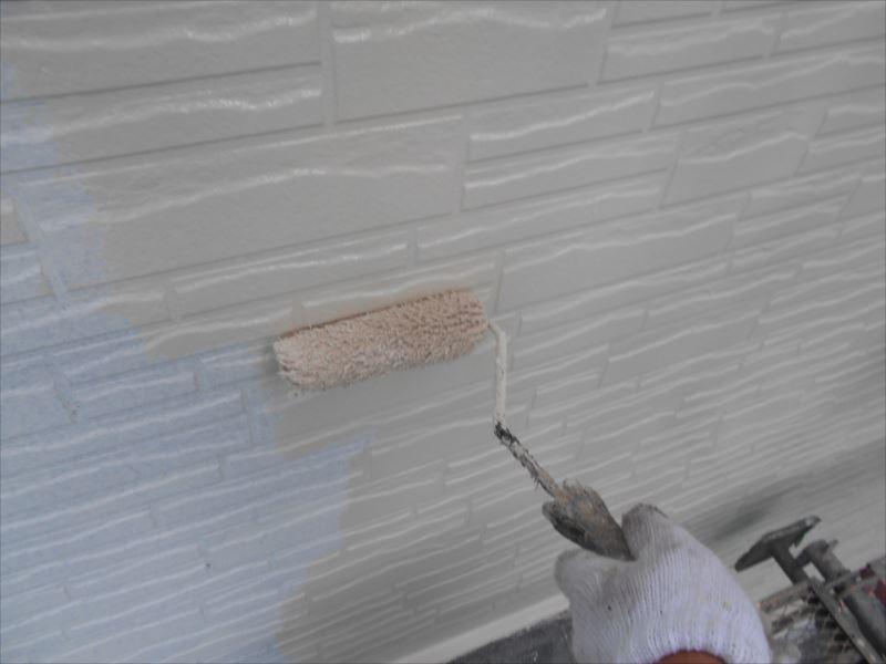 下塗りの上に中塗りを重ねていきます。