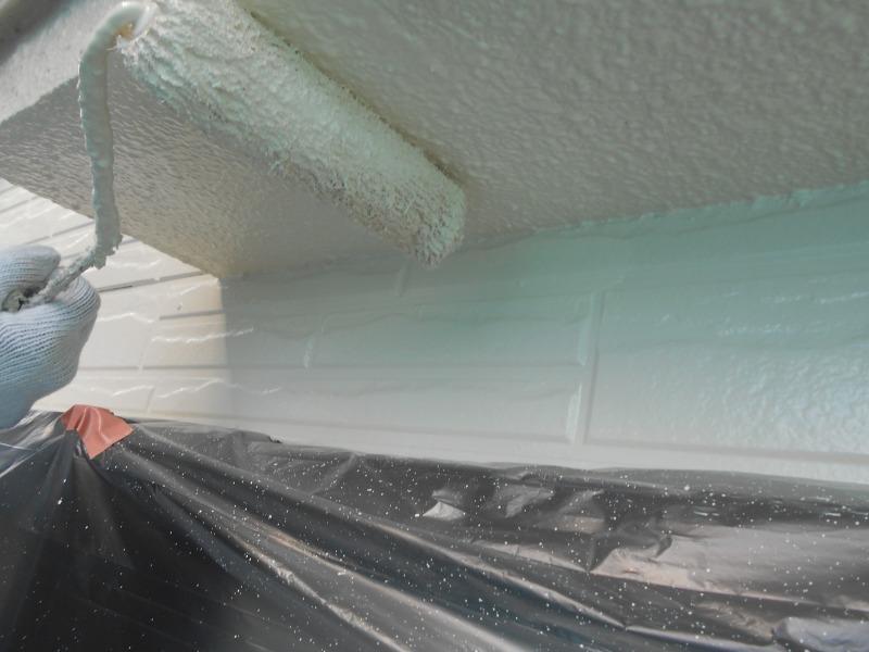窓のひさしの軒天を丁寧に塗っています。
