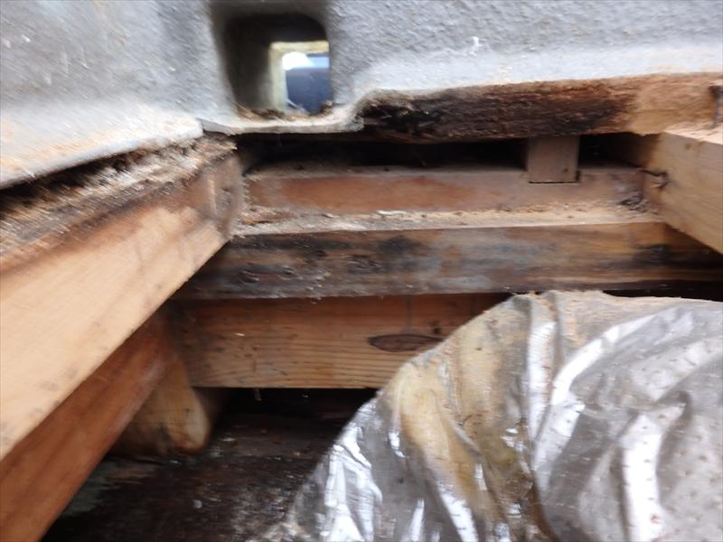 灰色の部分がベランダの床です。中央あたりの床が水分を吸って腐り始めているのが分かります。