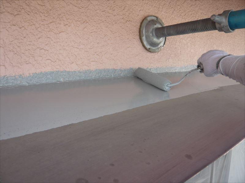 きれいになった鉄部に錆止めを塗っていきます。
