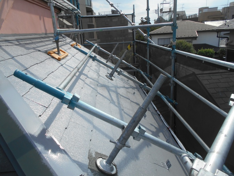 屋根の足場はこういった形で組んでいます。