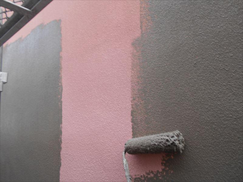下地材がグレーのため、元々のピンク色の外壁とは大きく違って見えます。