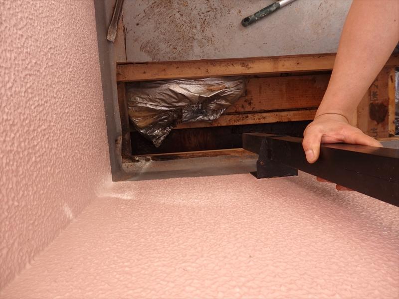 雨漏りがしている怪しい部分のベランダの床を切り取りました。