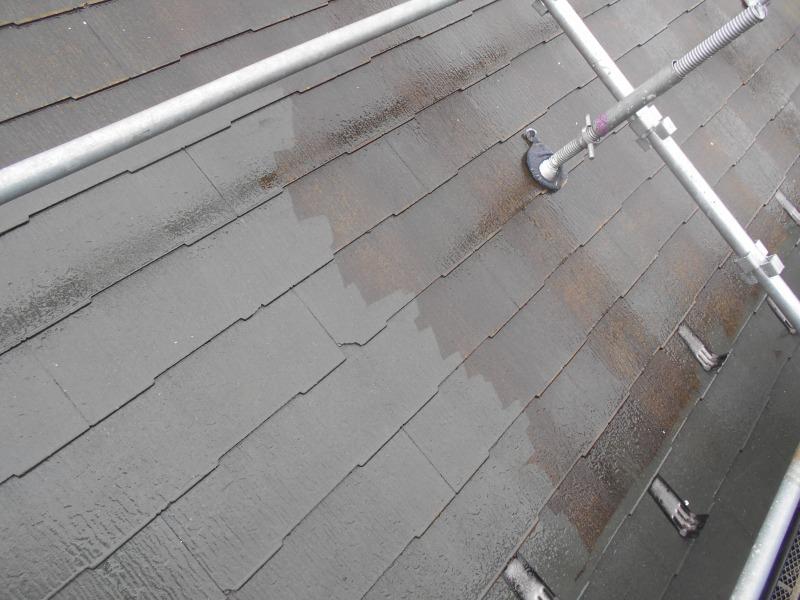 屋根部分から水で洗っていきます。