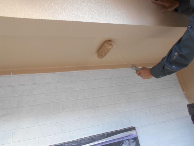 軒天部分も丁寧に塗っていきます。
