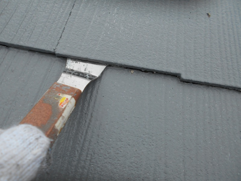 屋根にタスペーサーを入れる隙間を作ります。