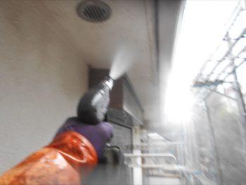 高圧洗浄で外壁の汚れを吹き飛ばしています。