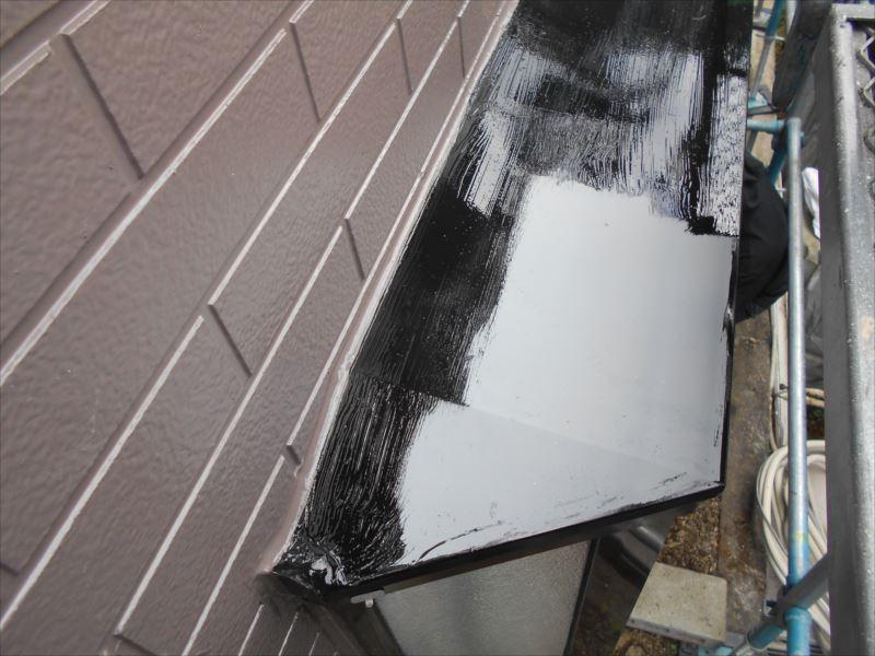 窓のヒサシ部分も雨樋と同じ焦げ茶で作っています。