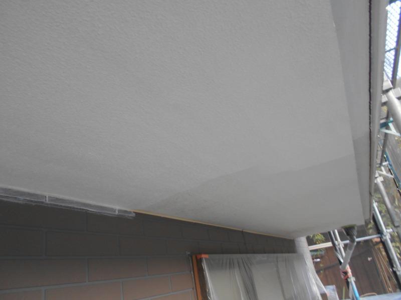 軒天部分も下塗りしています。