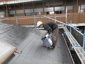 一部足場をかけるのが難しい箇所があり、屋根を足場にして外壁を塗っていました。