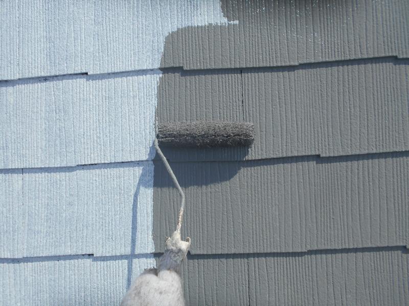 下塗りが乾いた後は中塗りです。この色を2回塗るので、最終的にはグレーの屋根になります。