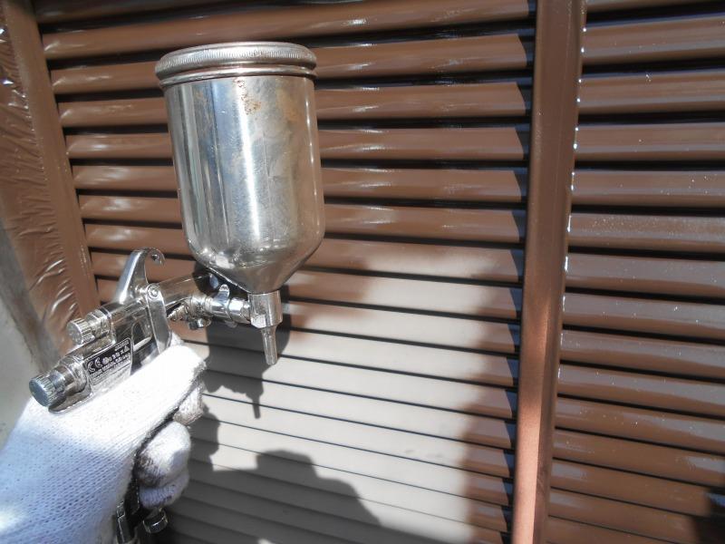 雨戸の塗装はローラーではなく吹付けで塗装します。