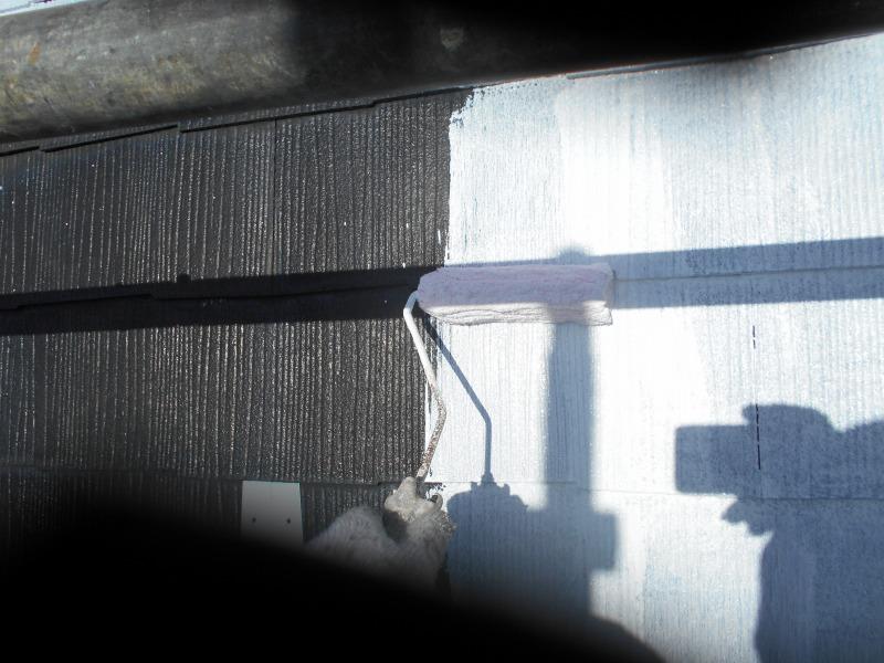 屋根の下地材をローラーで塗っています。今回は白い下地材なので塗っているのが分かりやすいです。
