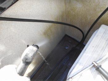 外壁に生えたコケも水圧で綺麗に飛んでいきます。