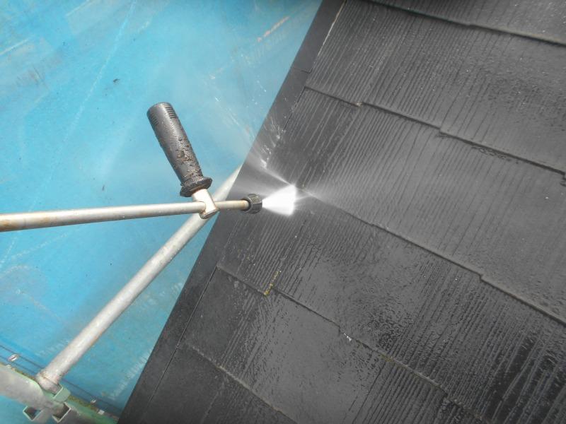 高圧洗浄中の水しぶきが少なくなるよう、ネットで飛び散りを抑えています。