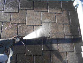 屋根の汚れを水の圧力で吹き飛ばしていきます。