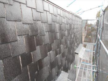 傾斜のきつい屋根は立ったまま作業できるように足場を組んでいます。