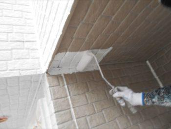 垂れても大丈夫なように上から、ローラーを使って下塗りがスタート。
