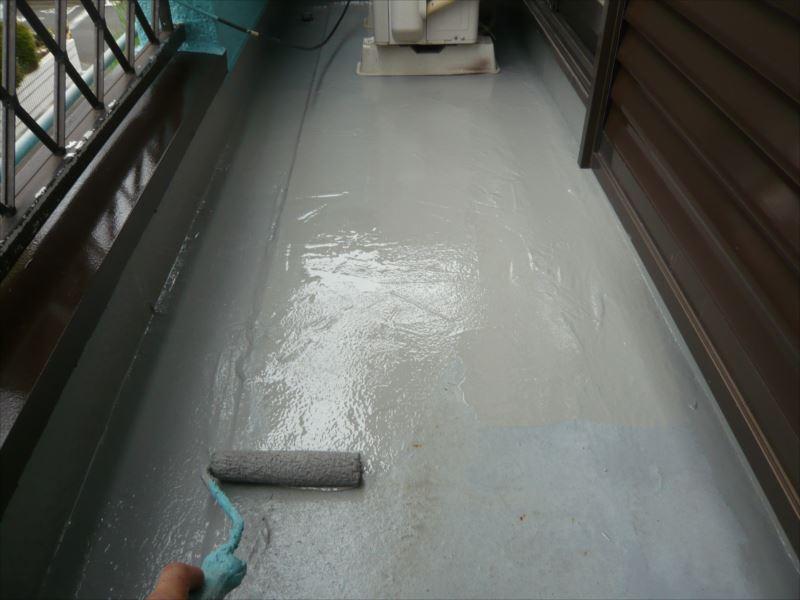 バルコニーの床は上塗りを行っています。