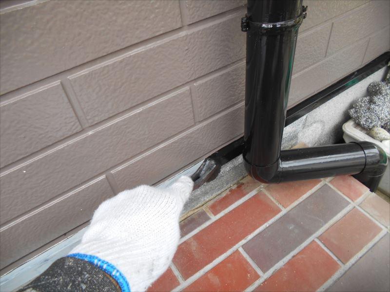 水切り部分を雨樋と同じ色で塗装しています。