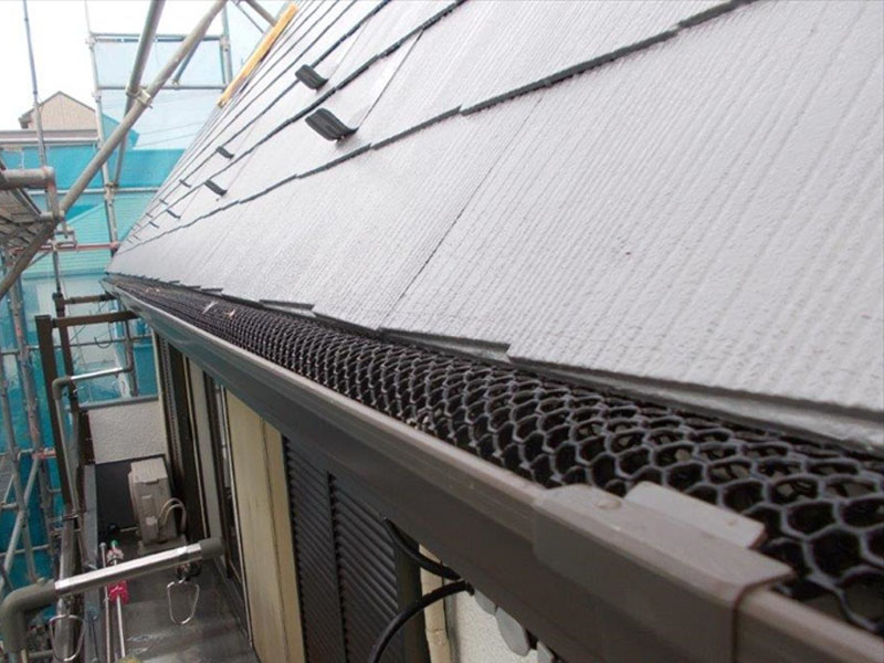 ネットがあることで、その隙間以上の大きさの落ち葉が雨樋の中に入らないようになります。
