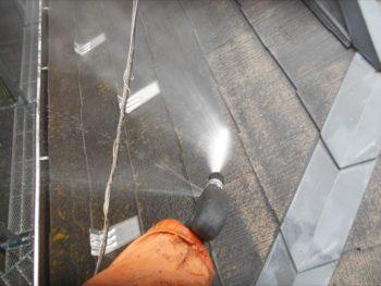 水圧で屋根の汚れが落ちていきます。