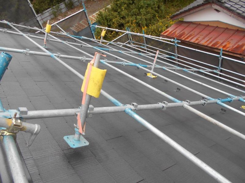 傾斜の強い屋根だとこういった足場で、体を支えながら塗装を行います。