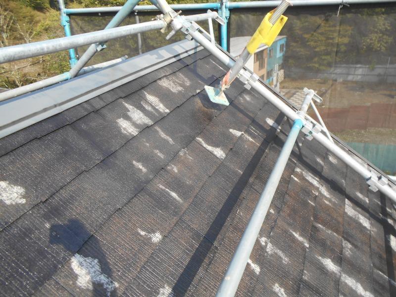 屋根にかけた足場は、このように持ち上げて塗装しています。