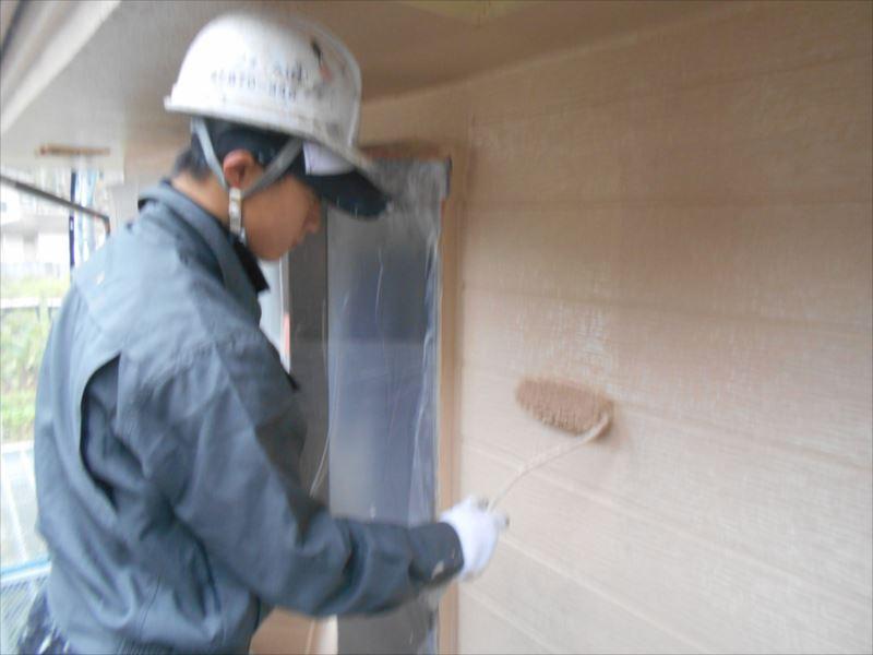 外壁の中塗りが終わって、乾いたところは上塗りをスタートしました。