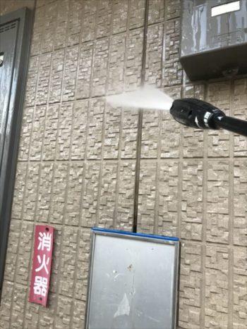 高圧洗浄では、壁の汚れを洗い流していてきます。