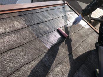 屋根の下塗り中です。